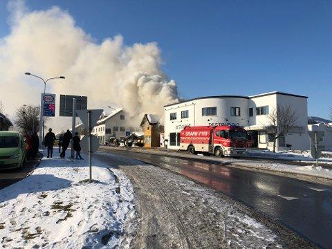 STORE FØLGER: Med stort og smått mistet 28 personer jobben sin etter brannen i Bøgata i 2018. Vitner fortalte 28-åringen hentet bensin på Esso-stasjonen tvers over gaten. Snart må han møte i retten igjen - for å ha forårsaket enda en storbrann.