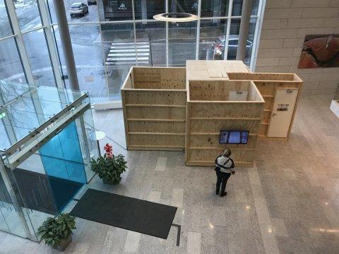 STOR: Kunstinstallasjonen er stor og rommer flere kunstverk, deriblant to store veggmalerier.