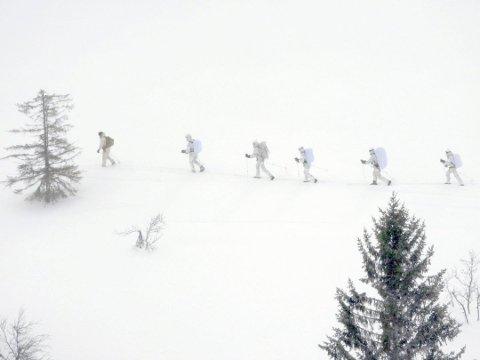 HEDRER: Kronprins Haakon Magnus og et følge med norske spesialsoldater hedrer tungtvannsabotørene. Senere idag kommer de fram til Vemork. (Foto Sven Gj Gjeruldsen, Det kongelige hoff)