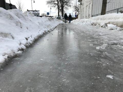 SKØYTEBANE: På flere fortau i Skien sentrum passer det for tida bedre med skøyter enn sko.