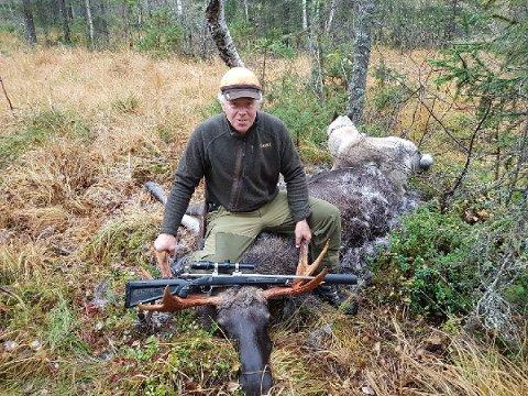 ELGJAKT: Sverre Siljan er en aktiv jeger, men har gått inn for å totalfrede elgen i Porsgrunn. Denne elgen er skutt i Fyresdal.