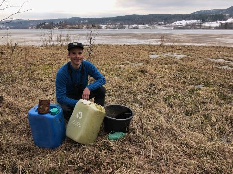 OVERRASKET: Jonas Haugen, prosjektleder for Rene vannveier, ble overrasket over hvor mye søppel som lå i området rundt Norsjø.