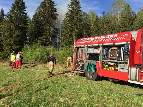 HAR KONTROLL: Brannmannskapene har hatt mye å gjøre i det siste. Her er de i gang med slukkingsarbeid ved Breisetvegen.