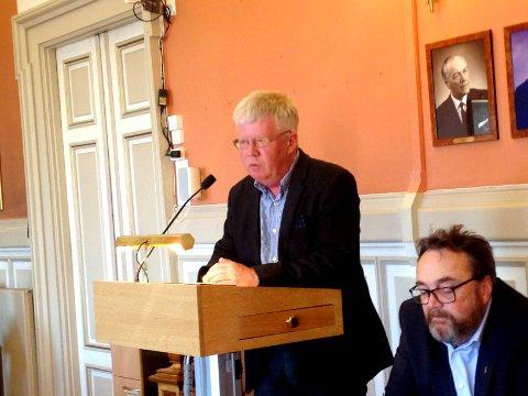 ROS: Daglig leder av kommunens eget selskap Kontorbygg AS, Knut Wille, mottok ros av bystyrets representanter torsdag. Rådmann Ole Magnus Stenrud følger med i forkant av bildet.