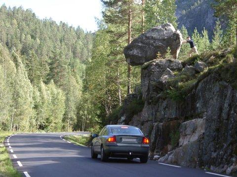 SKREMT: Den svenske bilisten sto på stive hjul da han oppdaget Per Morten Aabøe som sto klar til å dytte til brudesteinen. For ordens skyld har TA sladdet det svenske nummerskiltet på bilen.