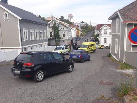 SMALT INN I HUSVEGGEN: En god voksen kvinne kjørte inn i en husvegg i Kragerø tirsdag ettermiddag. Politiet mistenker ruskjøring. Foto: TA-tipser