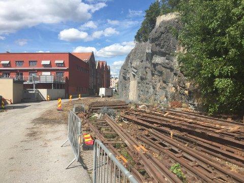RIVES OPP: De gamle skinnene på Jernbanebrygga fjernes for å bygge to felts vei.