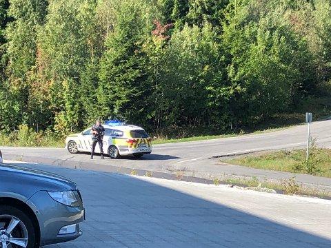 Politiet holder vakt ved Trommedalsveien i Skien. Foto: TA-tipser