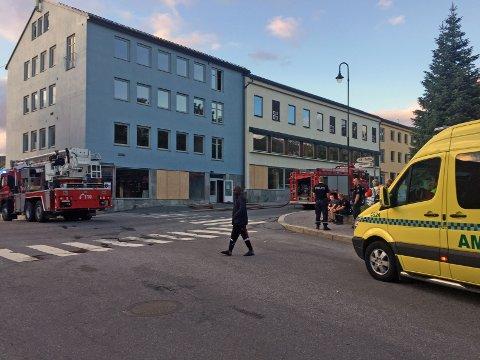 Det ble observert røyk ut av de øverste vinduene i bygningen. Det bor ingen på adressen, ifølge politiet.