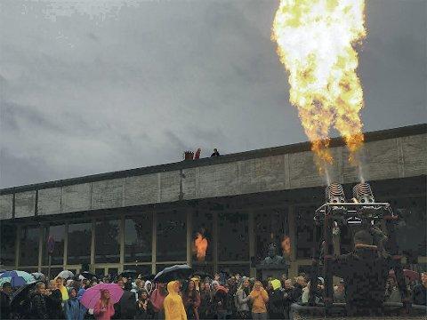 ILD: Festivalen var satt i gang med mye spenning og flammer som fanget barnas oppmerksomhet.Foto: Brhane Tuum