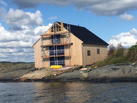 BYGGING: Slik så bygningen ut i fjor høst. Dersom politikerne følger rådmannens anbefaling, får eieren beholde døra mot sjøen og et innvendig tregulv. (Arkivfoto: Espen Solberg Nilsen)