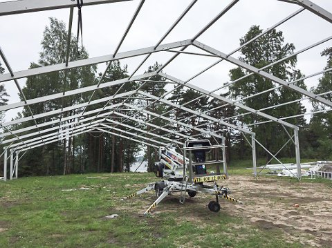 BLE STANSET: Porsgrunn kommune krevde i fjor øyeblikkelig stans av arbedet med dette teltet på Risøya. Den store teltkonstuksjonen er nå fjernet.