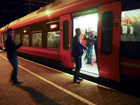 Porsgrunnsordfører Robin Kåss fikk æren av å flagge i gang det første toget på dobbeltsporet fra mellom Porsgrunn og Larvik mandag 24. september.