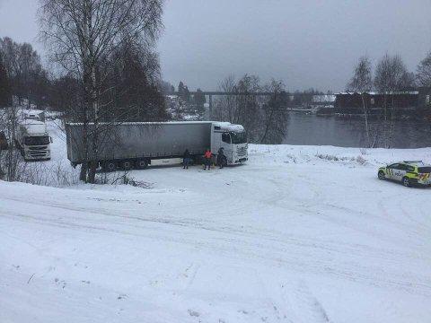 PÅ TVERS: Et følge med lastebiler fra Litauen trengte hjelp fra politiet for å komme seg av det glatte føret.