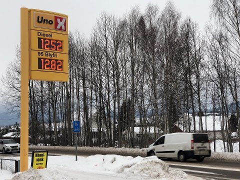 BILLIG: Onsdag ettermiddag var drivstoffet rimelig, hvert fall rimeligere enn vanlig. Dette er prisene hos UnoX på Gråtenmoen i Skien. Foto: Ove Mellingen