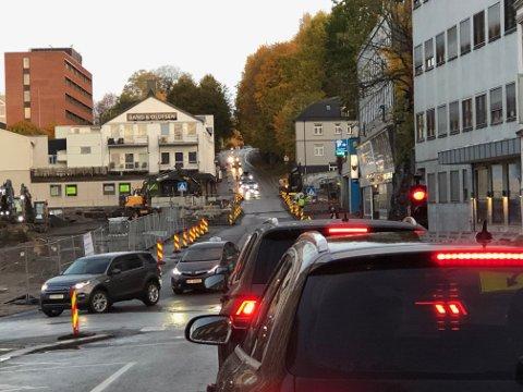 RØDT LYS: Det blir lysregulering her i to uker fremover forteller prosjektlederen i Skien kommune. Det var lange køer inn mot sentrum mandag morgen. Foto: Per B. Johansen