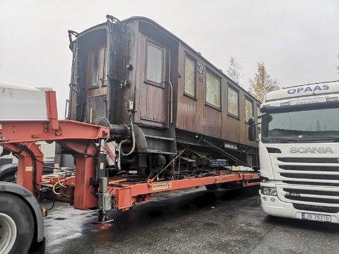 Stoppet: Det var full stopp for bilen lastet med en togvogn til Rjukan, da sjåføren ble vinket inne til en storkontroll på Notodden torsdag morgen.