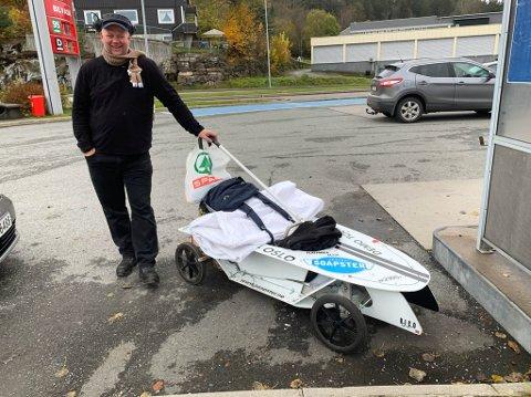 OLABILMANNEN: Paul Venaas har troen på olabil og har konstruert en flatpakke som gjør at mange flere kan oppleve gleden ved å kjøre olabil. For å promotere ideen sin er han for tiden på gåtur mellom Vestlandet og Østlandet. Mandag var han i Telemark.