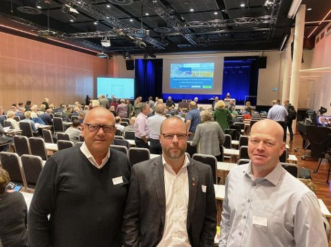 PÅ KRAFTMØTE: Ordfører Halfdan Haugan - Seljord, ordfører Bengt Halvard Odden - Hjartdal og varaordfører Nils Olav Hovde - Hjartdal er nå på plass i Oslo. Det handler om møtet til Landssamanslutninga av Vasskraftkommunar.