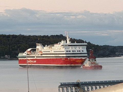 FJERNET: Her blir MS Oslofjord fraktet vekk fra Strömstad-terminalen. Foto: Rolf Ivar Mikkelsen/SB-tipser