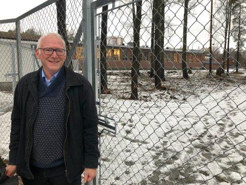 LUFTEGÅRD: Skien kommune åpnet ny hundeluftegård på Gimsøy i oktober i fjor. Her Trond Indrebø ved Grenland landbrukskontor i forbindelse med etableringen.