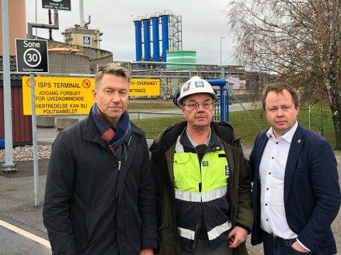 FRYKTER DET VERSTE: Tilitsvalgt Per Rosenberg ved Yara i Porsgrunn frykter det verste, nedleggelse av amoniakkfabrikken. Her med stortingsrepresentant Terje Aasland t.v og ordfører Robin Kåss.