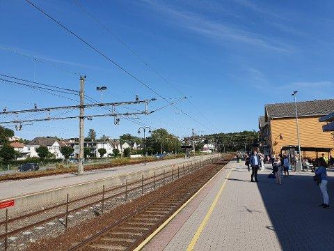 MISFORNØYDE PENDLERE: Det er stadig forsinkelser på Vestfoldbanen. Det skaper irritasjon hos kundene, noe kundene gir tydelig tilbakemelding på. Foto: Lars Hjalmarsson