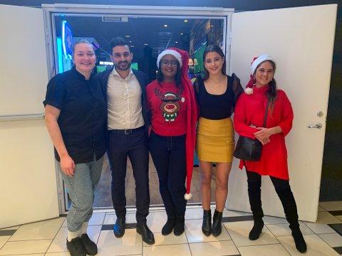 GOD STEMNING: Fra venstre: Frida Haugen, Aziz Chaer, Sandrina Sandel, Victoria (som sang for gjestene) og Pamela Montero.