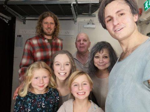 """MED SKUEPILLERNE: Fredrik Brattberg hadde med seg datteren Ylva på """"Sørsiden"""" i Bergen. Her er de sammen med skuespillerne."""
