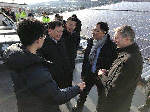FIKK OMVISNING: En delegasjon på syv kinesere var på Skagerak arena onsdag. Til høyre konsernsjef i Skagerak Energi, Knut Barland.
