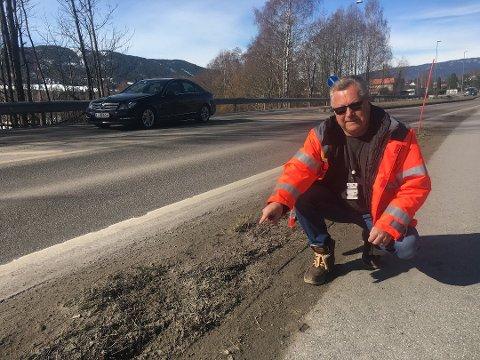FAREFULLT: Fortauet ligger tett opp til kjørebanen og myke trafiaknter har hat liten beskyttelse. - Nå kommer det en gang- og sykkelsti med tre meters grøft mellom veibanen og gs-veien, sier Svein Erik Rui.