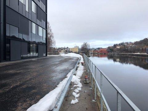 GJERDE MOT ELVA: Det er nå satt opp et gjerde på 83 meter langs kaikanten ved nye Skien videregående skole på Klosterøya.