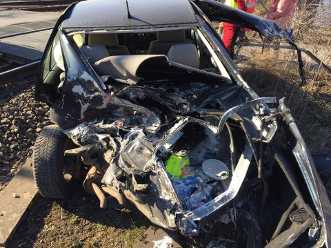 Togulykke: Bilen ble smadret av toget, etter at den sto fanget mellom bommene ved planovergangen i Stasjonsvegen i april.