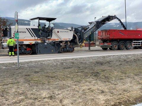 HØVLET: Noe av den gamle asfalten er allerede høvlet vekk. Foto: Håkon Rusten