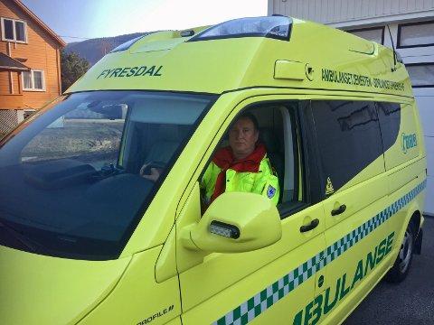 FORTVILER: Ambulansetjenesten fortviler over veistandarden på fylkesvei 355. Her er det Jan Tore Berve som sitter bak rattet.