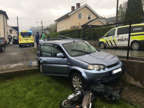 ENDTE I HAGEN: Personbilen skar ut av veien, inn på en gårdsplass hvor det sto parkert en scooter som ble påkjørt og endte i hagen.