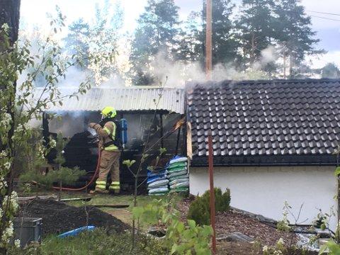 BRANN: Det begynte å brenne i en garasje på Notodden lørdag ettermiddag. Garasjen lått tett inntil en enebolig og det var i starten fare for spredning. Foto: Fredrik Rinde Thorstensen