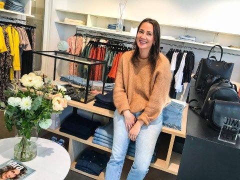 GOD STEMNING: - Jeg er opptatt av å ha det hyggelig rundt meg og skape god stemning, sier Cathrine Isaksen, som er begynt å jobbe for klesforretningen M i Skien sentrum.