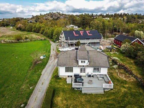 DRONE: Drone måtte til, for å forevige låvetaket i Brunlanes. Foto: Kristoffer Nilsen