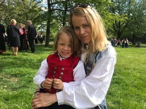 LETTET OG GLAD: Både Ludvik (5) og mamma Herdis Nervik ble glad og lettet da de ble gjenforent etter at Ludvik ble borte i folkemengden i Gunnarsbøparken.