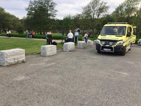 LØRDAG KVELD: Ambulansepersonell og miljøterapeuter fra Bamble kommune måtte ta seg av flere ungdommer i Krogshavn lørdag kveld.
