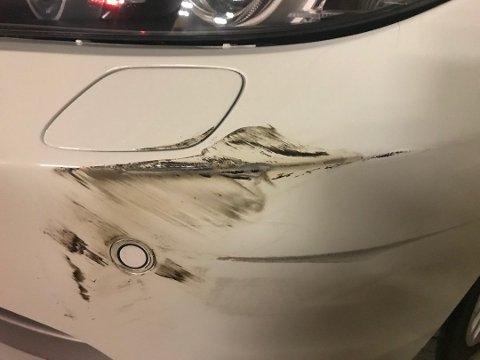 Påkjørt: Bilen til Per Erik Bråtebekken ble påkjørt i p-huset på Jessheim storsenter. Politiet henla saken. Foto: Privat