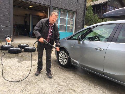EN HIMLA JOBB: Etter halvannen time med vasking fikk Bergli bilen sin rein.