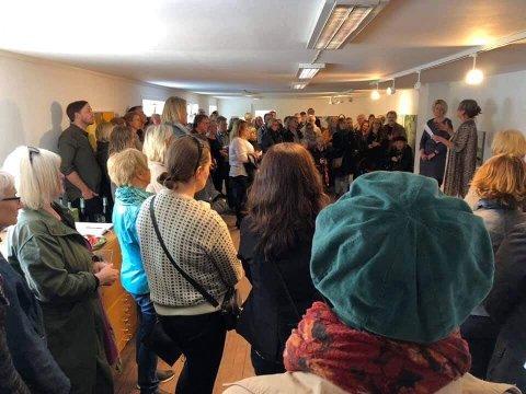 FOLKSOMT: Folk valfartet til åpningen av Margrete Reitens utstilling forrige lørdag.