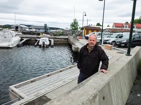 BRÅK: Dag Yngland reagerer på hvordan et båtfølge fikk herje i havna på Stathelle, til stor sjenanse for beboere rundt.