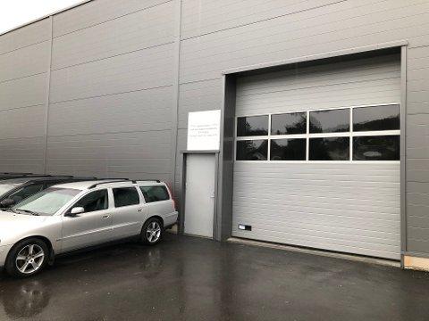 MANGE KLAGESAKER: Bruktbil invest leier nå lokaler på Kjørbekk. Tidligere har forhandleren holdt til i Skien sentrum. Foto: Per B. Johansen