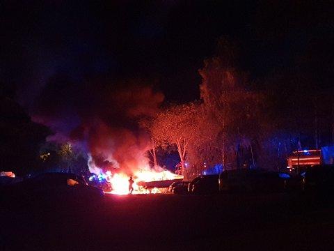 STORE FLAMMER: Det brant kraftig i tre biler og en båt natt til onsdag. Foto: Markus Ditlefsen
