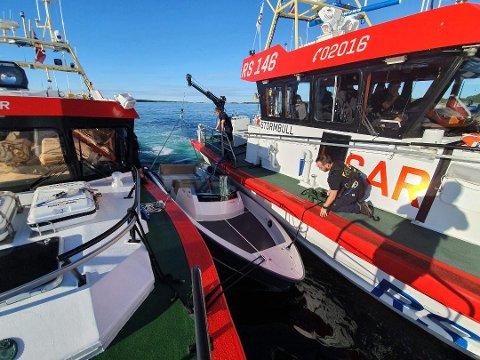 SAMARBEID: RS 143 Uni Kragerø (t.v.) og RS 146 Stormbull jobbet sammen om å tømme båten for vann. Foto: RSRK Kragerø/Redningsselskapet