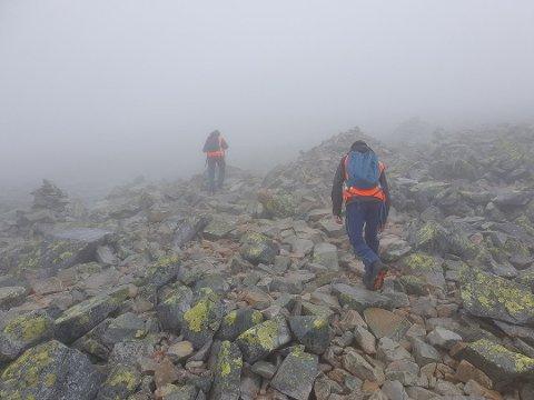TÅKE: Rjukan og Tinn Røde Kors Hjelpekorpsmåtte ut i tåka mandag på et henteoppdrga fra Gaustatoppen. Foto: Rjukan og Tinn Røde Kors Hjelpekorps