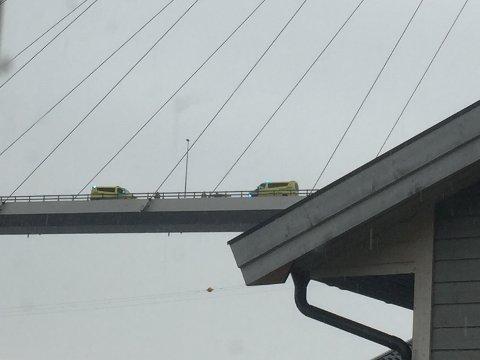 ULYKKE: Trafikken står stille på Grenlandsbrua etter en kollisjon mellom to biler.